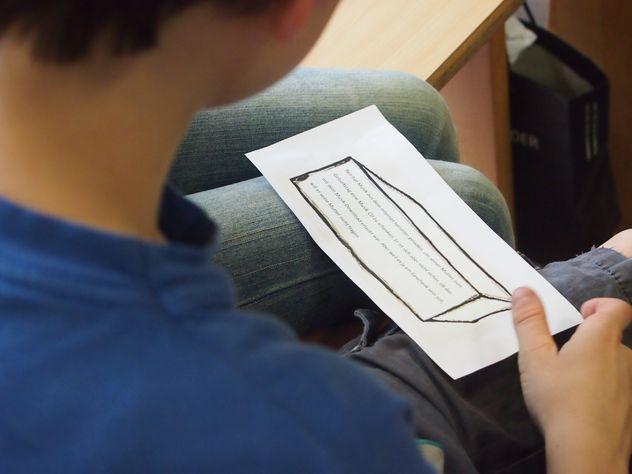 Blatt mit Geheimnis wird von Schüler gelesen