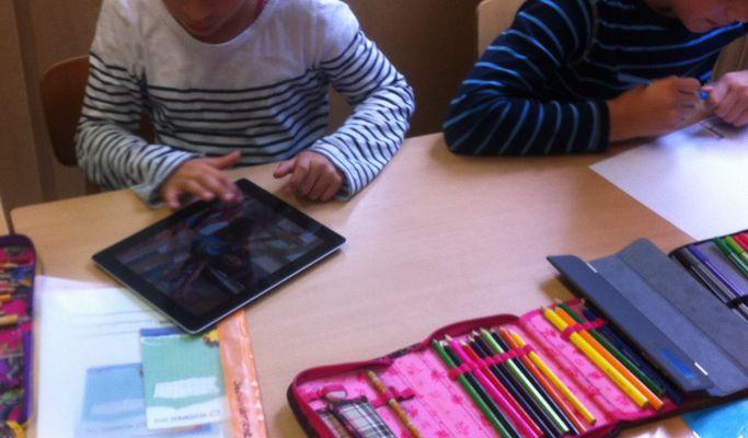 Schüler nutzen ipad