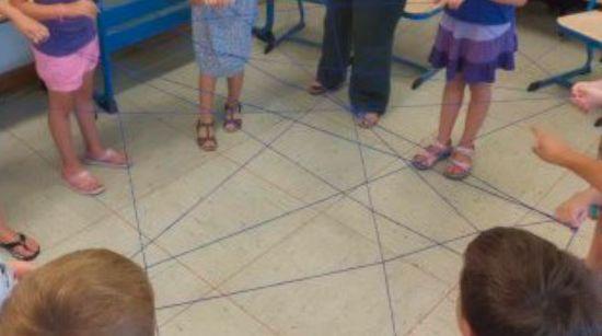 Kinder halten Faden in der Hand
