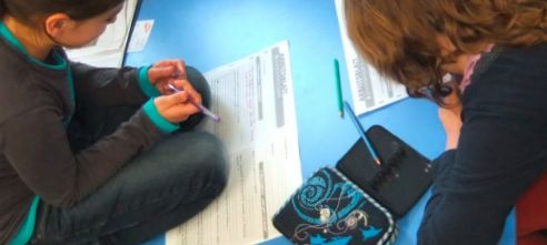 Schüler füllen Arbeitsblatt aus