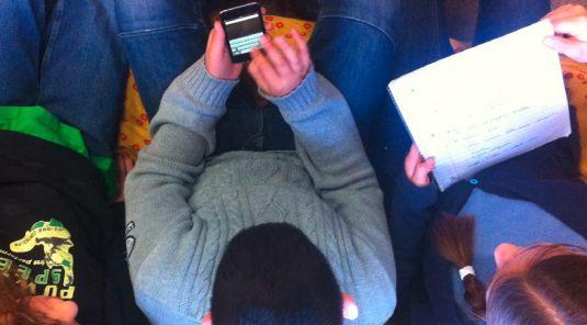 Schüler tippt SMS